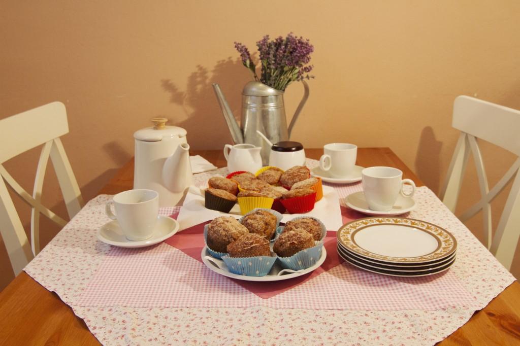 naaranžovaný stůl s jablečnými muffiny
